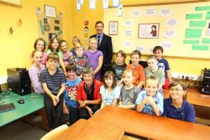 Markus Büchele bei der Spendenübergabe mit Schülerinnen und Schülern der Mangoldschule Donauwörth.